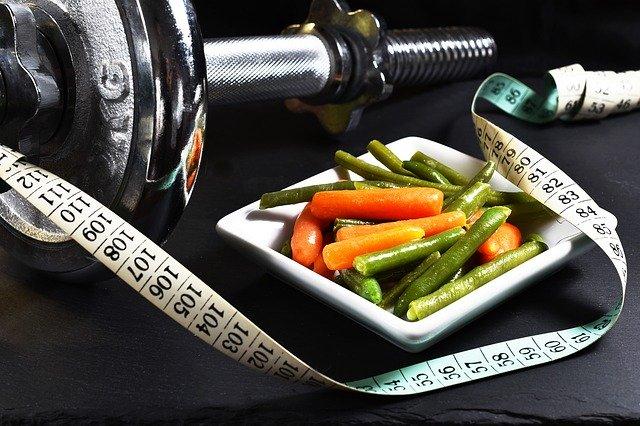 faire du sport et procéder à un rééquilibrage alimentaire pour perdre du poids