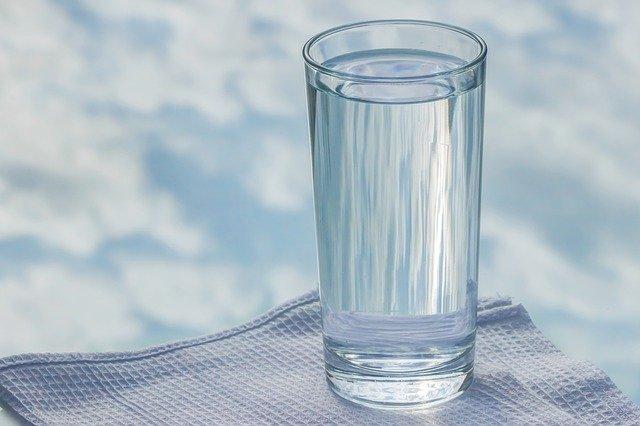 boire un grand verre d'eau avant de manger