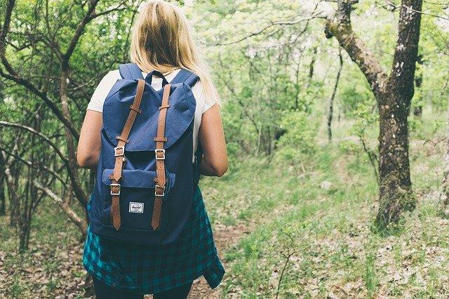 faire une marche dans la nature pour préserver son bien-être